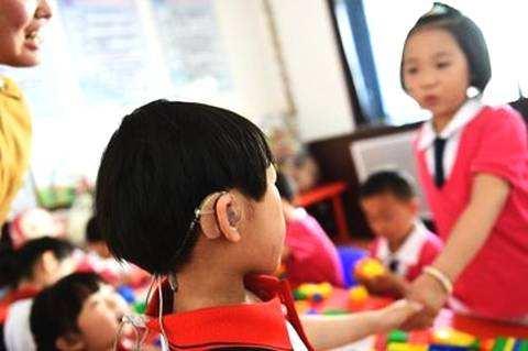 言语矫正师比助听器更重要